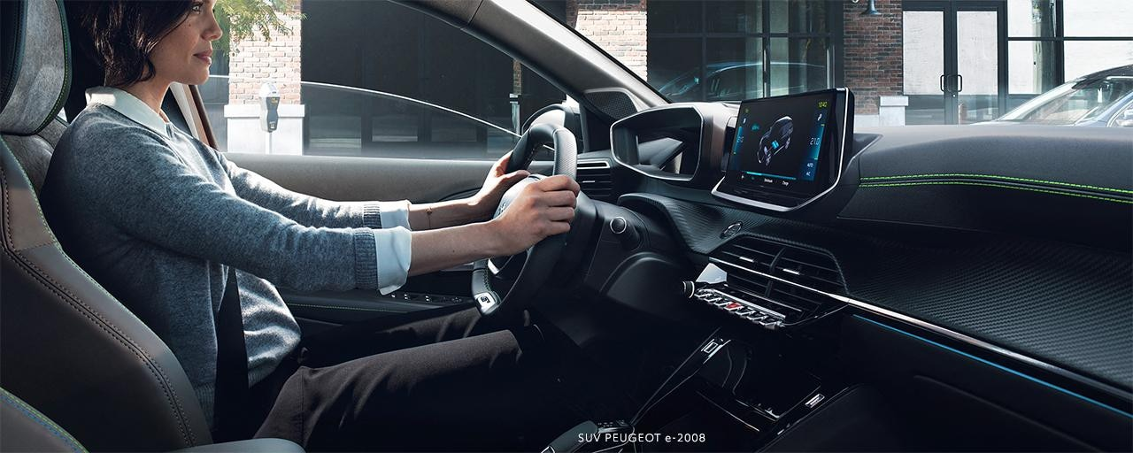 Nouveau SUV PEUGEOT e-2008 : nouveau poste de conduite PEUGEOT i-Cockpit® 3D