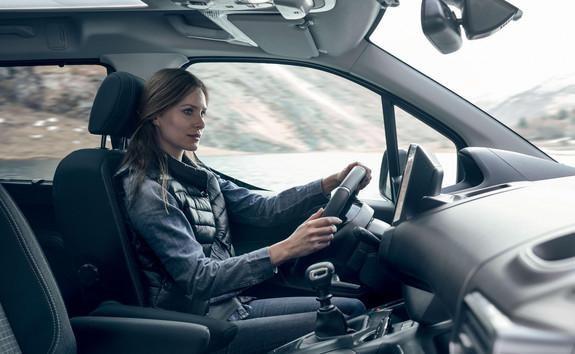 Peugeot Rifter - confort intérieur avec femme au volant