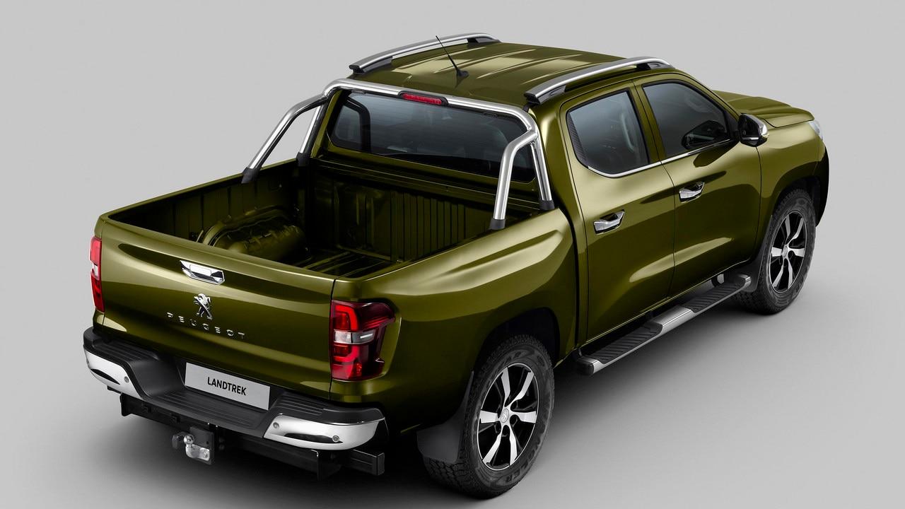 Nouveau pick-up PEUGEOT LANDTREK : attelage et barres de maintien chromées sur benne