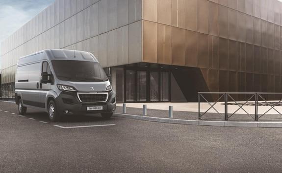 Peugeot Boxer: La version ASPHALT est dédiée aux professionnels qui ne comptent pas les kilomètres à bord de leur véhicule et qui recherchent avant tout confort et sécurité.