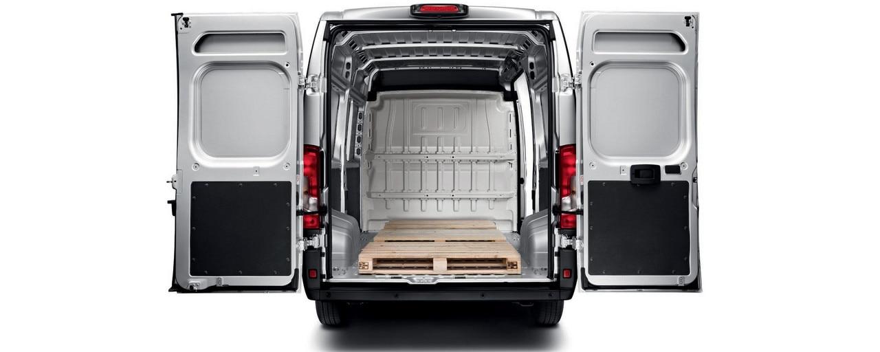 Peugeot Boxer : Les portes battantes mesurent jusqu'à 2,03m de hauteur et permettent de profiter d'une largeur utile de 1422mm entre passages de roue, la meilleure de la catégorie.